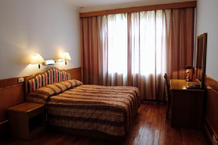 学员宿舍楼按二星级标准配置,有96个标间,6间套房,30个套间,总计350个